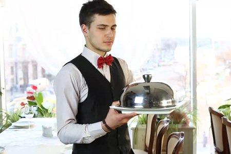 Официант в ресторан русской кухни в Греции