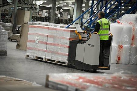 Сортировка и упаковка товаров на складе гипермаркета АШАН в Польше