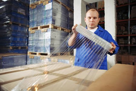 Работник на упаковку пластмассовой тары в Литве