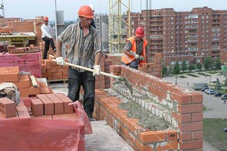 Работа каменщика на строительном объекте