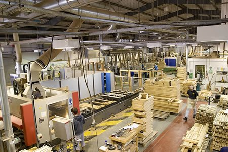 Работа по изготовлению деревянных окон на производстве