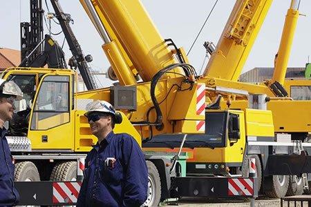 Работа машиниста автокрана на строителном объекте