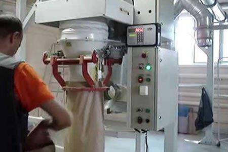 Работа на линии по упаковке зерна в мешки