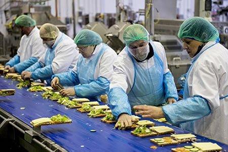 Работа на производстве по изготовлению закусок