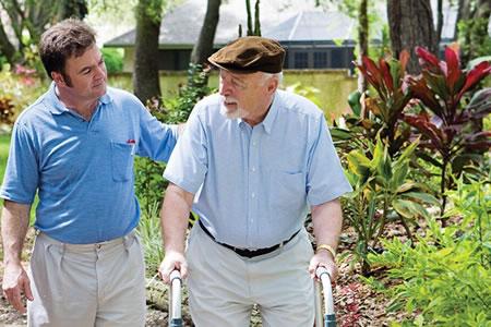 Работа по уходу за садом в доме престарелых