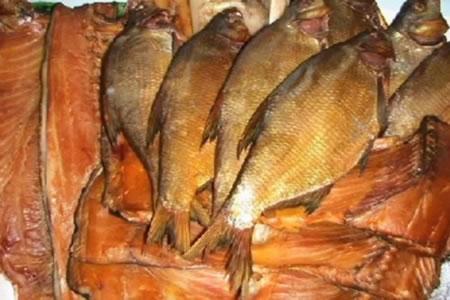 Работа на производстве копченой рыбы