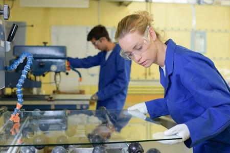 Работа на производстве стеклянных изделий