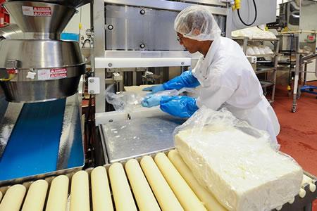 Работа на производстве сыра